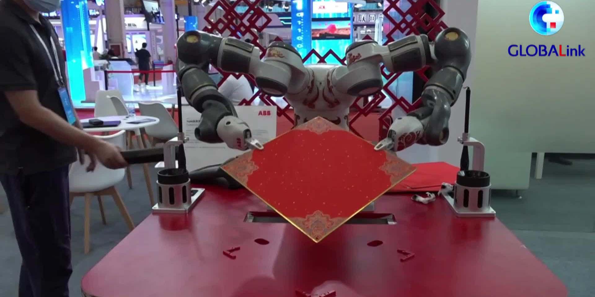 Robô impressiona visitantes com caligrafia na Conferência Mundial de Robôs 2021