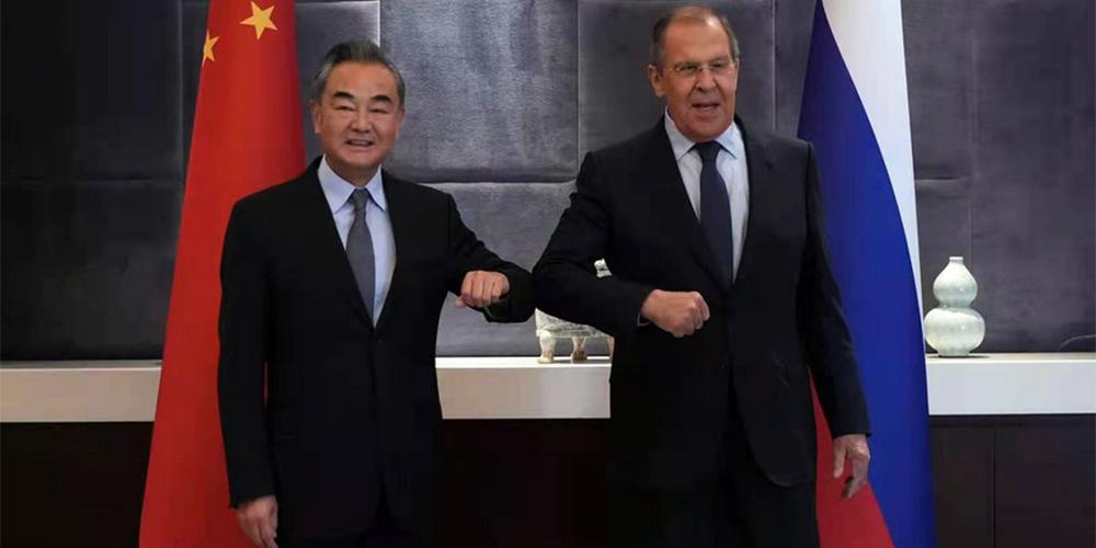 Chanceleres chinês e russo prometem fortalecer cooperação bilateral