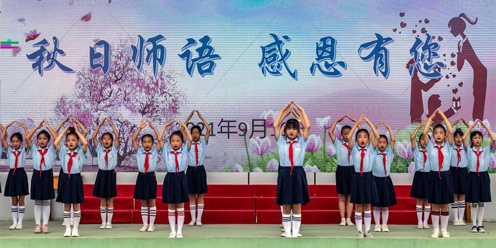 Escolas chinesas realiza atividades temáticas em comemoração ao Dia do Professor