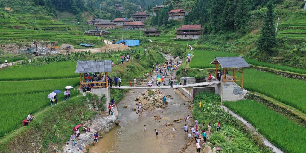 Aldeões trabalham arduamente para se livrar da pobreza em Wuying, Guangxi