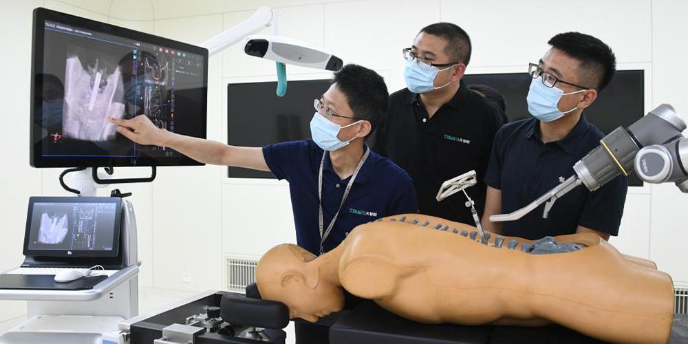 Robôs chineses especializados em cirurgias ortopédicas conduzem mais de 400 operações