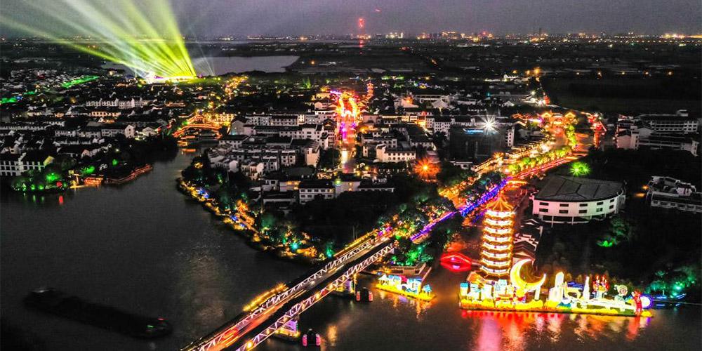 Vila de Zhouzhuang realiza feira das lanternas em celebração ao Festival da Lua