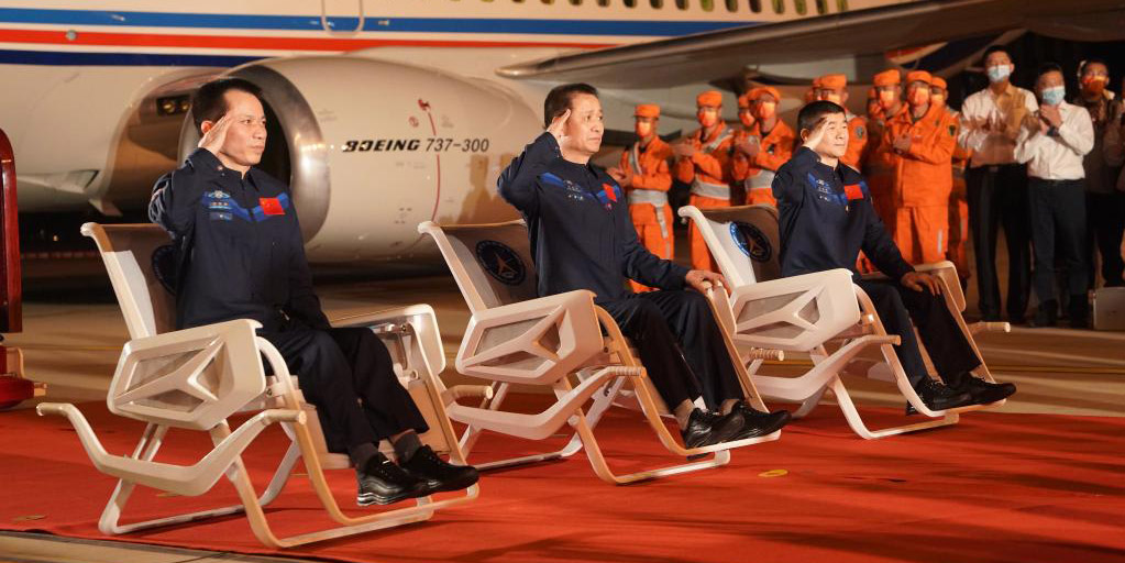Astronautas da Shenzhou-12 chegam a Beijing