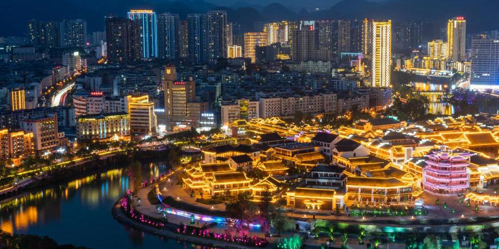 Vista noturna da área turística da cidade chinesa de Tongren, na Província de Guizhou