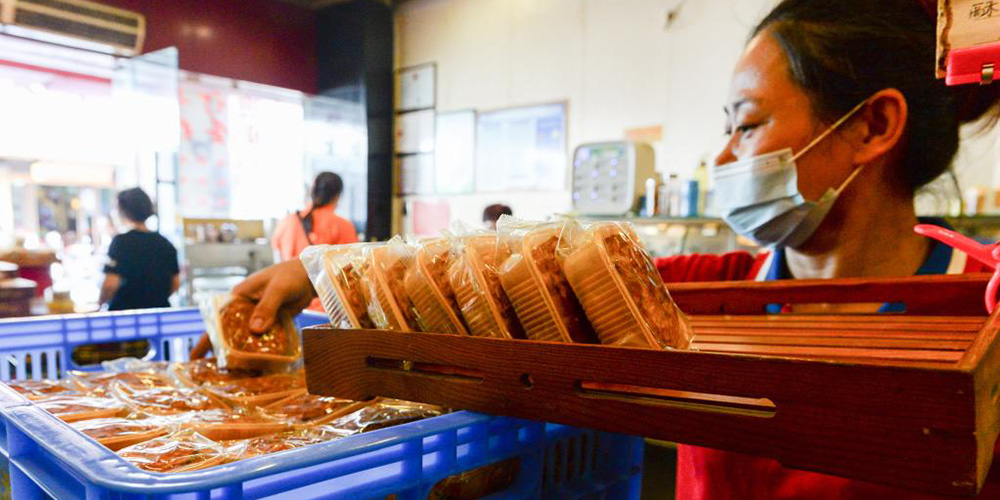 Clientes compram bolos lunares no estilo de Hainan em Haikou