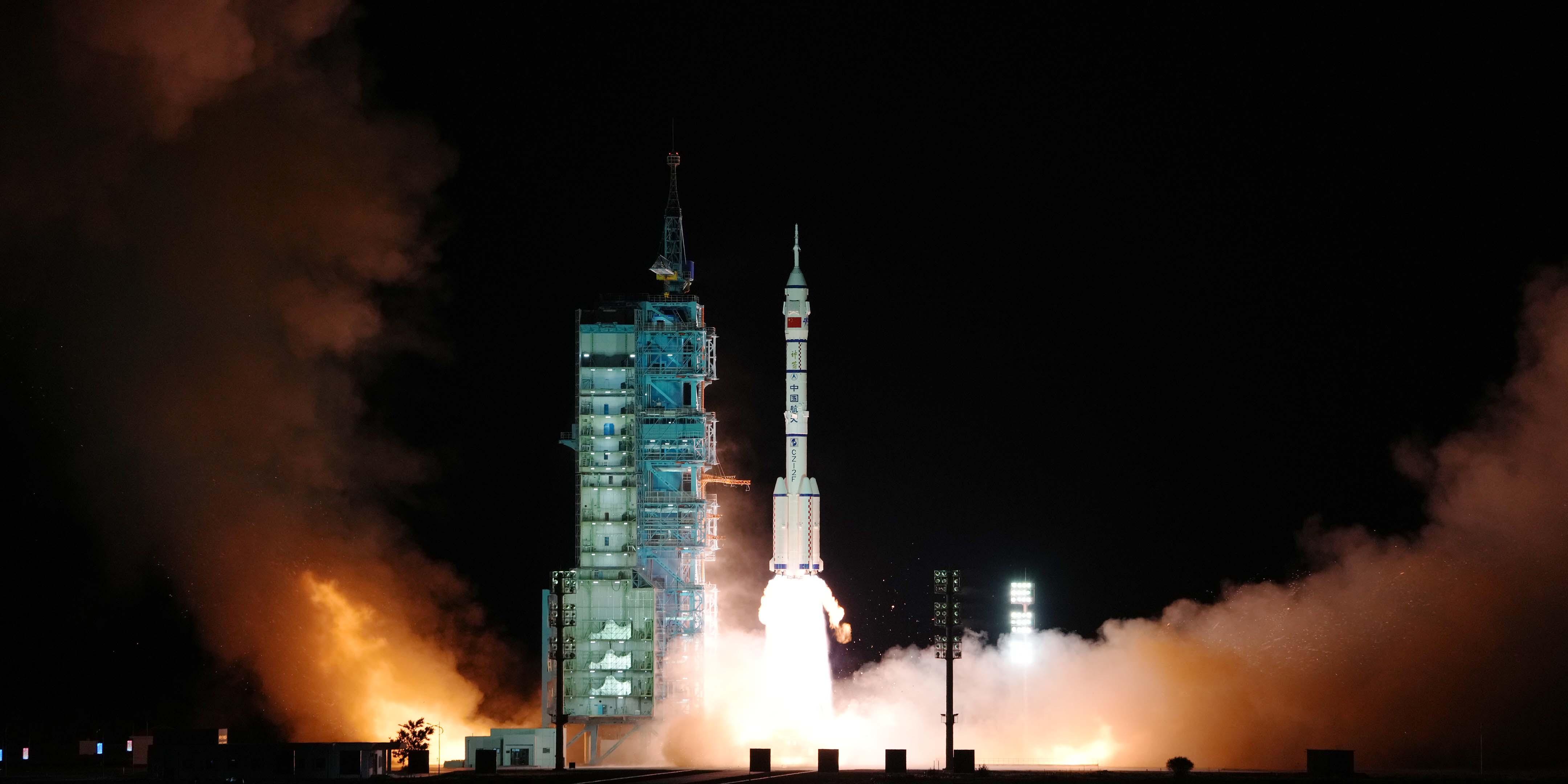 China lança sua missão tripulada mais longa na história para a construção da estação espacial