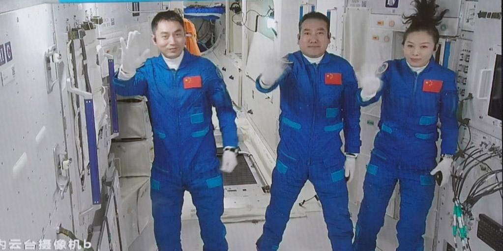 Astronautas chineses da Shenzhou-13 entram no módulo central da estação espacial