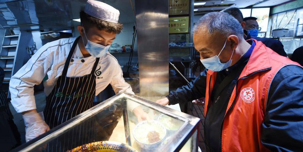 Restaurantes de macarrão em Lanzhou oferecem comida gratuita a profissionais da saúde na luta contra COVID-19