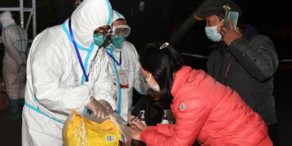 Necessidades diárias são entregues a moradores durante gestão fechada em Beijing